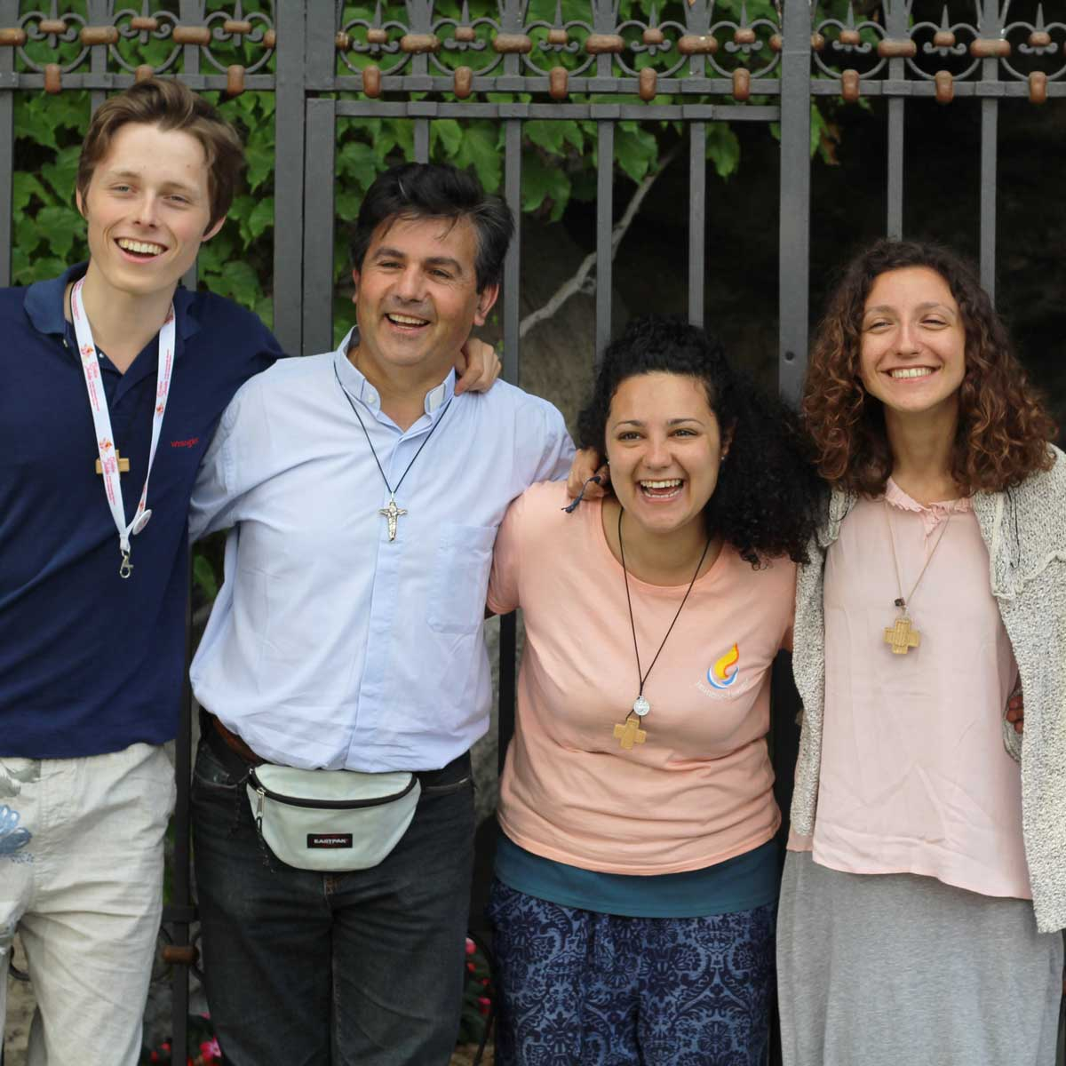 ragazzi con don Gianni Castorani