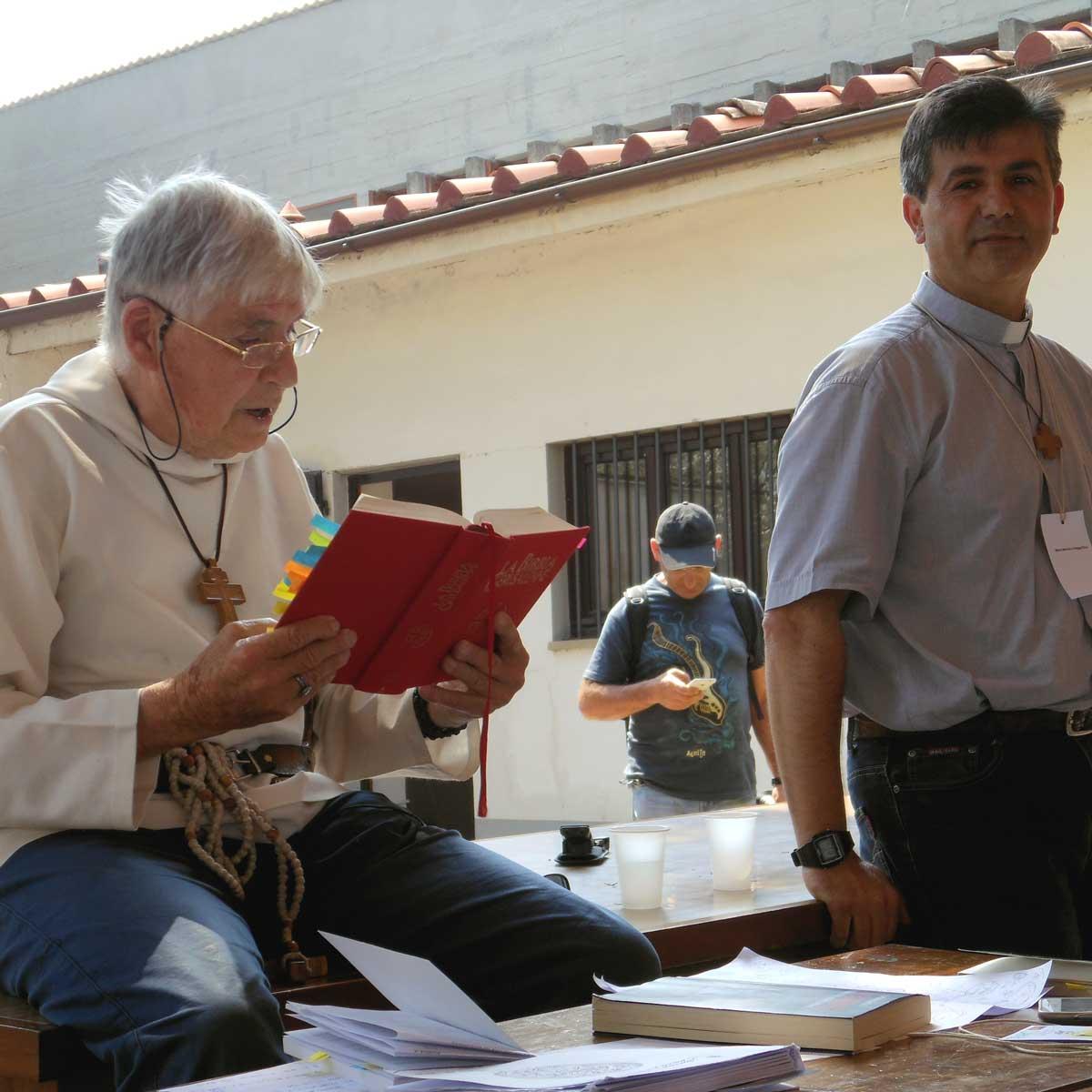 Foto durante un insegnamento di padre Daniel Ange