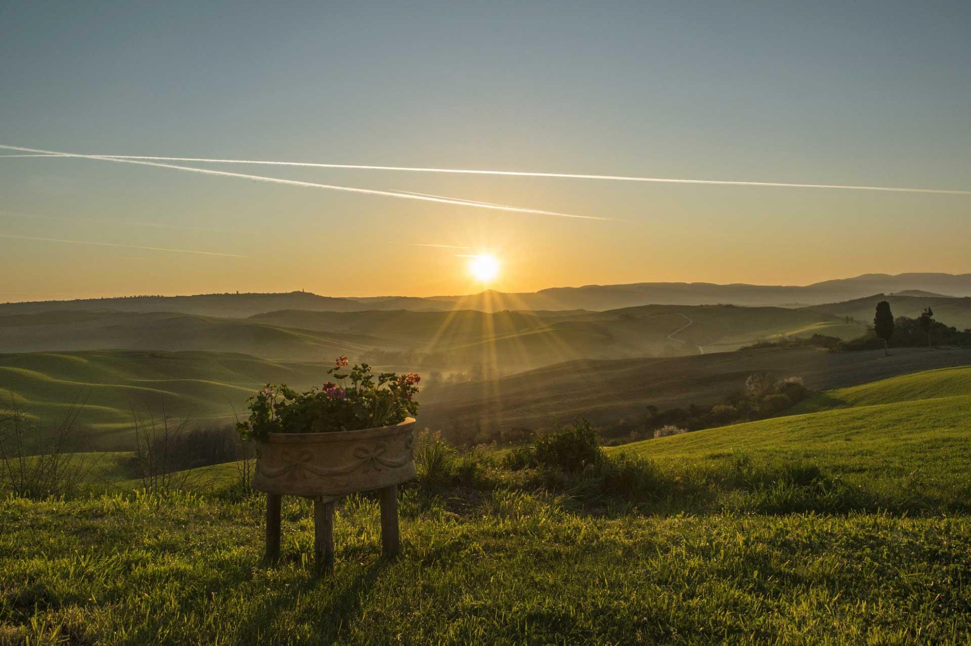 tramonto con colline verdi