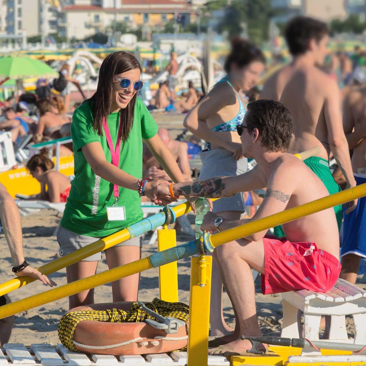 ragazza che evangelizza in spiaggia