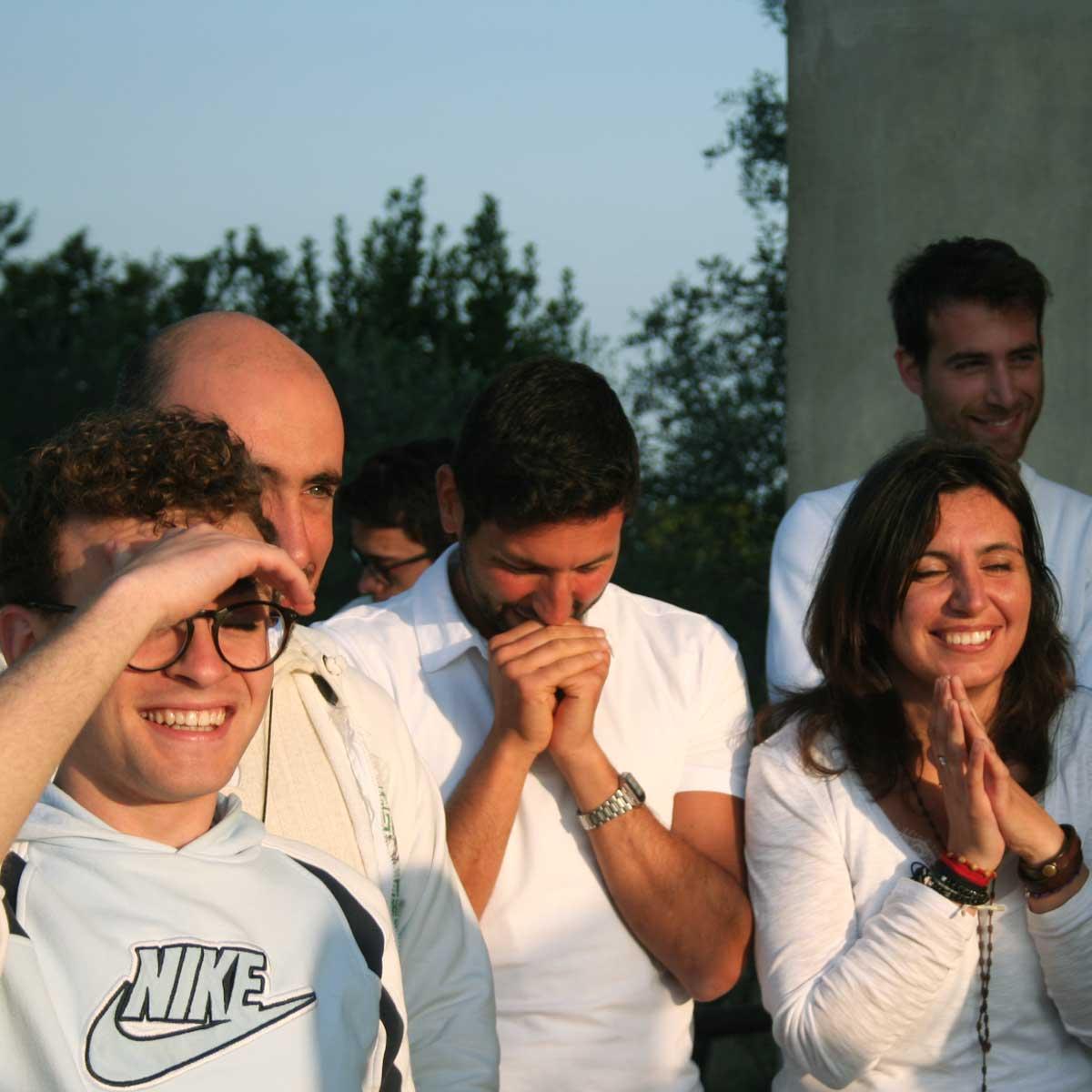 ragazzi che pregano con gioia