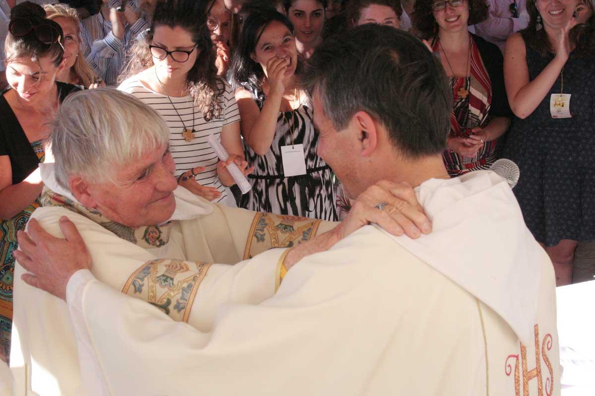 padre Daniel Ange che abbraccia don Gianni Castrorani